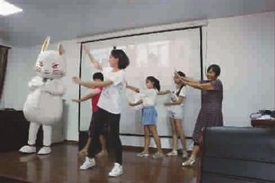 大学生版视频报-上海a视频医学院有一位兔数字博士周伟国图片
