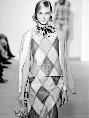 比如说非洲神秘的部落文化,以其独特的图腾花纹,动物条纹会给时尚界
