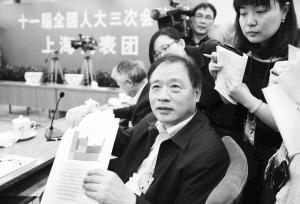 会签代表议案,褚君浩代表一边说,一边向众人举起了一张图纸.