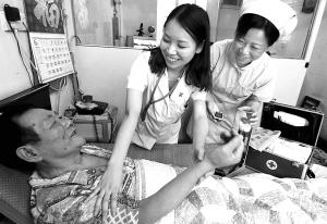 区老年院继推出电话回访出院病人的措施后,医院青年医务志愿者又