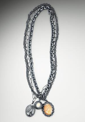 蓬蓬的耸肩裙,白色的蕾丝花边,或者是bv坠着女王头像的项链.