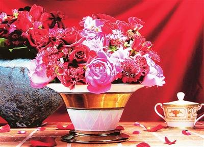 将变叶木的叶子贴在花瓶
