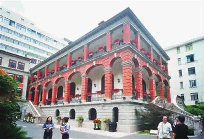 原法租界会审公廨为三层砖木结构,外置石梯,开拱形窗洞,外墙由