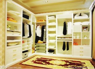 眼下,不少人家的衣帽间多由利用率低的房间改造而成,室内设计师ben的