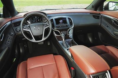 -->  作为一款在动力操控、智能科技、前瞻安全和舒适配置方面跃入豪门的车型,全新君越充分展现了高档旗舰车的风范,奠定了别克继续往上走的基调。2.0T车型24.99万元的起步售价变得十分亲民,开启了30万元以内享受豪车的时代。   美式豪华   君越的外观依旧延续了君越大胆张扬的设计理念。豪华的商务风格是它的造车精髓,从车头到车尾,新君越无不透露着各种豪华大气的元素。   君越的进气格栅变化较为明显,尺寸由大号变为超大号,直瀑式的镀铬格栅密度更高,而且每一条格栅都做成了3D雕塑造型,前脸显得更加大