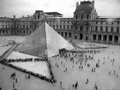 贝先生做出了卢浮宫配金字塔的模型