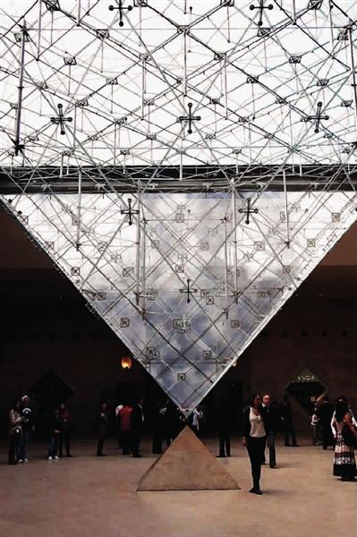 玻璃金字塔修了,卢浮宫这座原本严肃深沉的广场