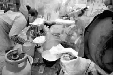 路边煮食品垃圾桶为伴