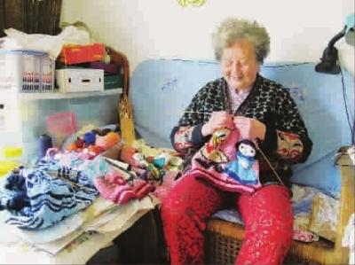 """83岁老人16年来每天存一元 """"爱心储蓄""""织成近400件爱心毛衣"""