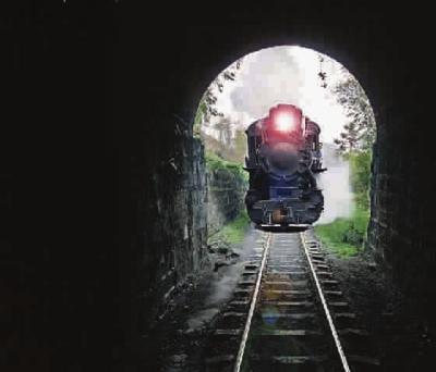 小火车穿过隧道