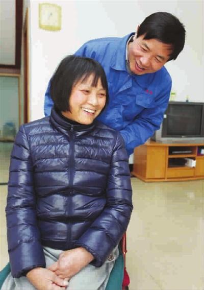 一人挑起一个家 潘祖超照顾残疾妻子30年不离不弃
