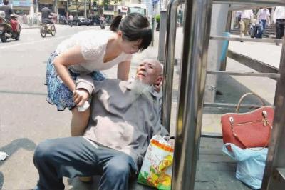 """上海一89岁老伯高温天摔倒 姑娘不怕""""被讹""""施援手"""