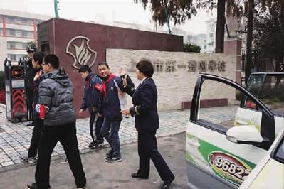 07:30 上海第一聋哑学校 和以往的许多个清晨一样,看着孩子们无