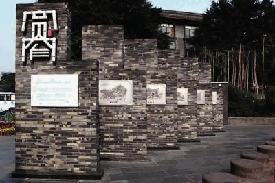 门簪雕花,罗马圆柱,甚至红砂上马石……宽窄巷子就是东西南北,中式图片
