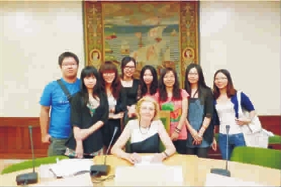 2011年9月赴西班牙阿尔卡拉大学的留学生与大学副校长elena博士图片