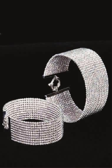 当然,珠宝首饰在整体设计上也以仿古,仿生而又不失随意自然的风格为主