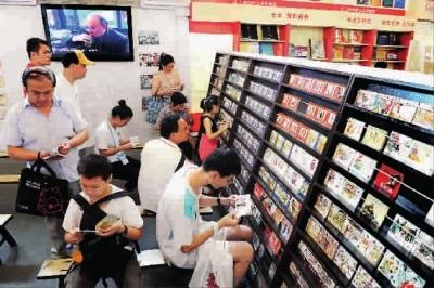 上海/■大小读者兴趣盎然地翻看小人书记者郭新洋摄...