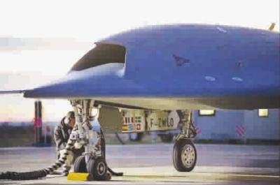 即在地面操纵员输入相关程序后,飞机能在空中自主选择攻击线路,躲避敌