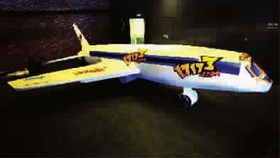 """""""世界上最大的硬纸板飞机雕塑模型""""和""""世界上人数最多的女仆聚会""""."""