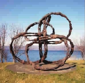 雕塑《循环》,坐落在北海道洞爷湖畔,树木与湖泊的相衬,使雕塑