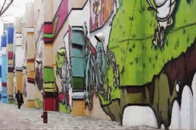 房屋外立面彩墙设计师,显然是把当地最著名的神话故事,用漆画