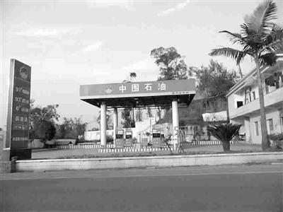 昨天,有网友在四川宜宾江安县水清镇发现一个山寨加油站,这