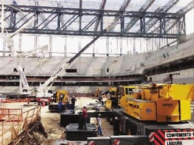 巴西世界杯揭幕战球场发生塔吊倒塌事故