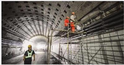 """同时引进""""水桶除尘""""设备,在隧道内部布设粉尘监控传感器,实时了解内部"""