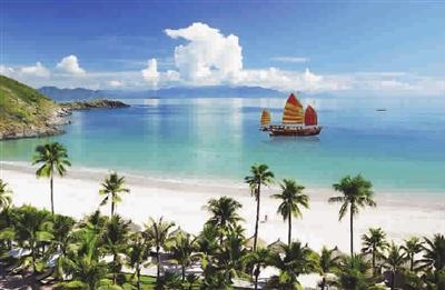 道路一旁是椰子树成行的海滩,另一边是各大五星级酒店和大大小小的