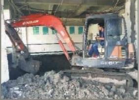 挖掘机进楼房挖鱼池