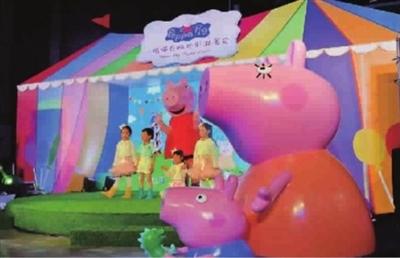 -->  想和小猪佩奇一起喝下午茶、一起玩泥巴、一起滑草地吗?小猪佩奇的欢乐游园会于上海新天地湖滨道购物中心正式开幕。即日起展览将免费向公众开放至7月中旬,届时商场B2层将设置核心活动区小猪佩奇乐园,为亲子家庭提供10种游艺项目;整个商场内外的各个区域也将设置7大主题互动装置,真实还原动画片中的场景。   本报记者 孙中钦 摄影报道-->