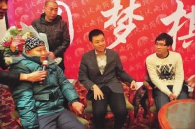 象棋大师许银川(中)赵鑫鑫(右)与小刘洋一起