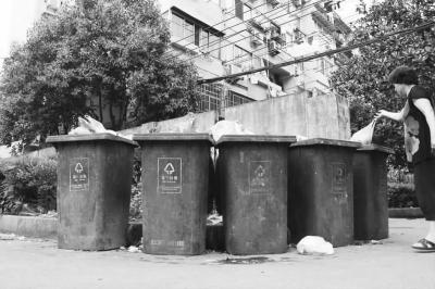 只要遇到下雨天,垃圾桶内就会有污水外溢情况发生,污水横流绵延数十米