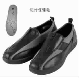 --> 日本兴顺福中老年舒适鞋专卖自登陆上海以来,掀起了老人鞋消费新热潮。近日兴顺福又在上海首推几款特异功能老人鞋,消费者可以前往专卖店体验。 老人魔术鞋,超轻、超柔、能变形 鞋面创造性的采用降落伞用杜邦弹力布,这种材质比上等真皮还要贵重。鞋面能轻松撑高3厘米,扩宽至13厘米。