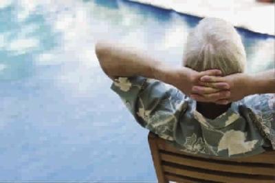 老人行动缓慢 偏瘦