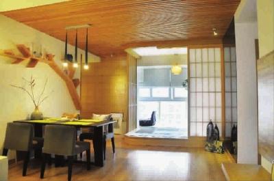 一侧墙面是质朴的橡木饰面板和暗门装饰