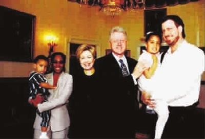 ■ 年轻时的德布拉西奥一家与克林顿夫妇高清图片