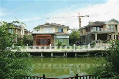 """相比原貌,两幢房屋原本简易木结构的低位亲水平台""""无影无踪"""",取而代之"""