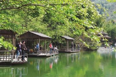 荪湖:荪湖不大,清雍正《慈溪县志》曾记载,荪湖因湖多香荪而名.
