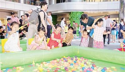 """当天晚上,亲子嘉年华活动在张江绿地缤纷广场举办,项目有""""纳斯卡"""