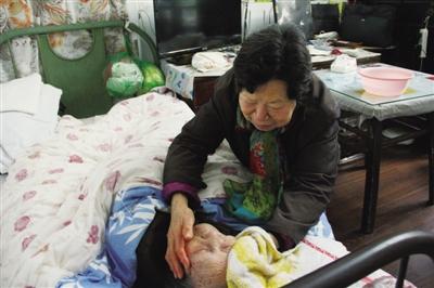 平家园数字报 聋哑阿婆三十年侍奉百岁母亲
